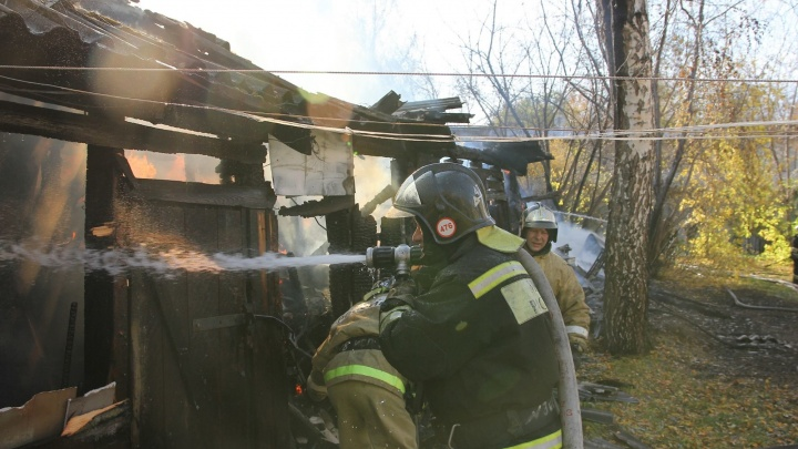В Калининском районе из горящего дома спасли женщину