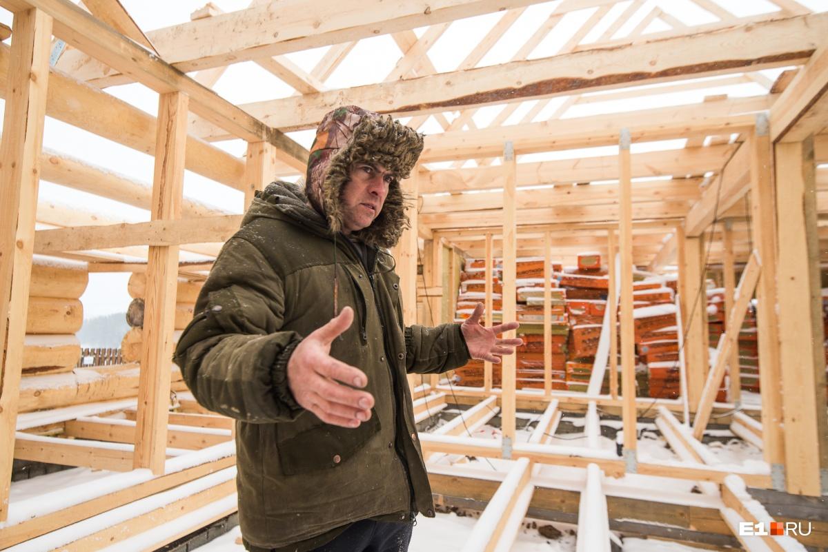 Гончар Сергей Масликов рассказал, что использованный в строительстве мастерской брус должен был уйти на дом его дочери