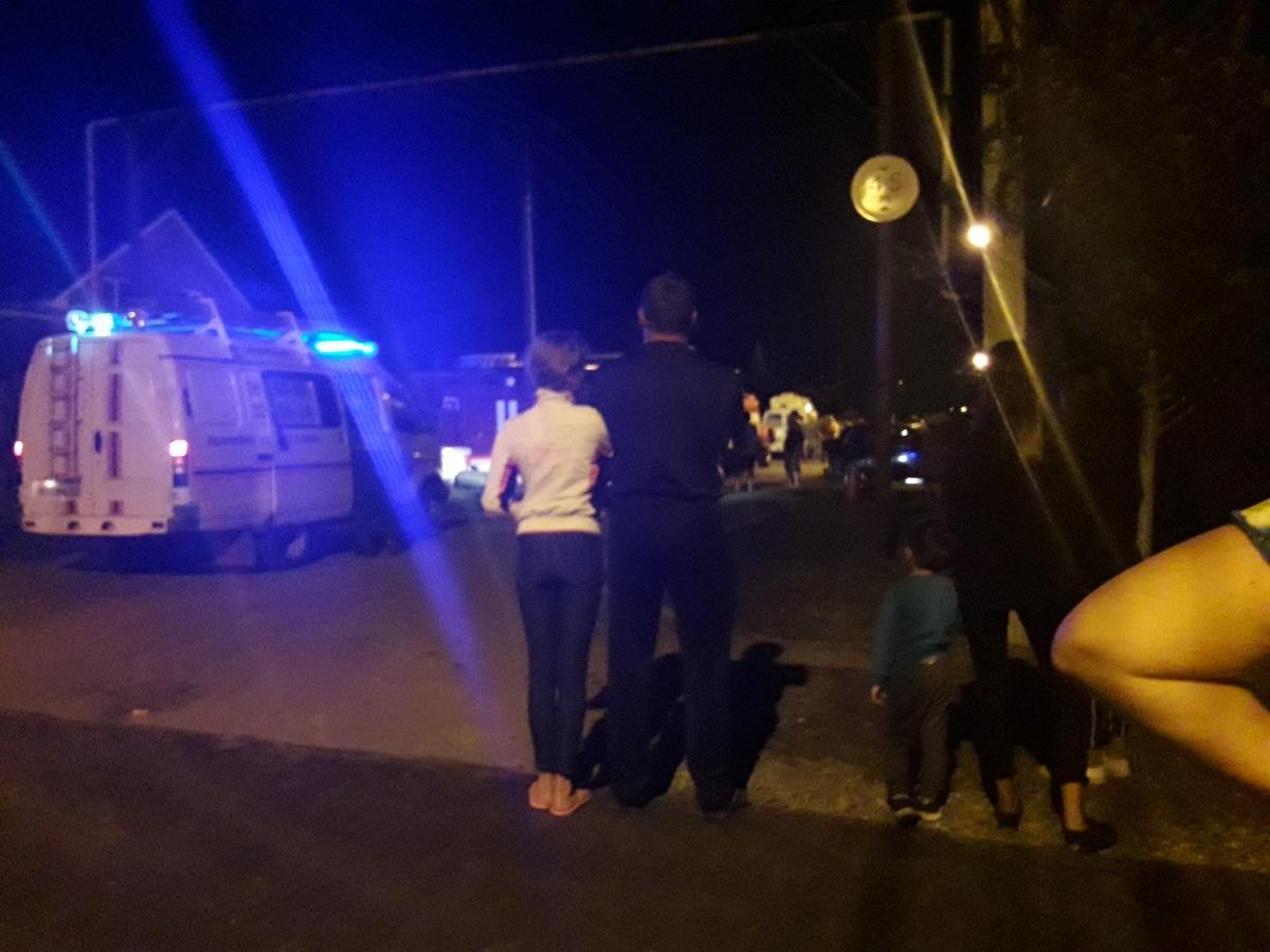 На место взрыва приехали сотрудники оперативных служб