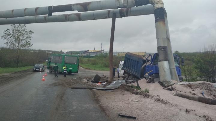 В Прикамье водитель грузовика пострадал в ДТП с автобусом
