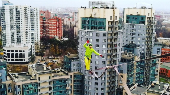Уральского экстремала задержали после прогулки по натянутому тросу на высоте 25 этажей