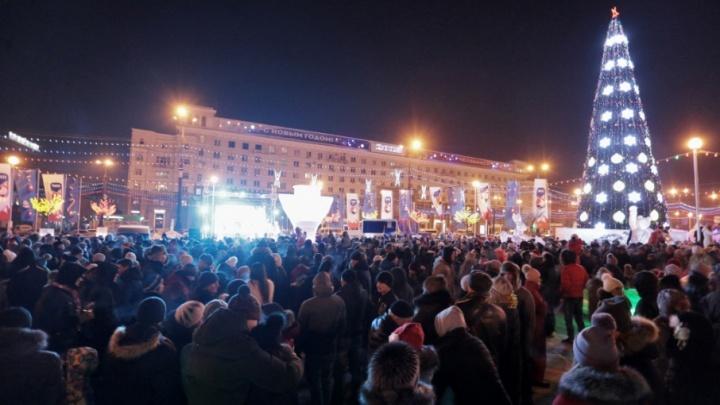 Новый год в ледовом городке на площади Революции встретили пять тысяч челябинцев