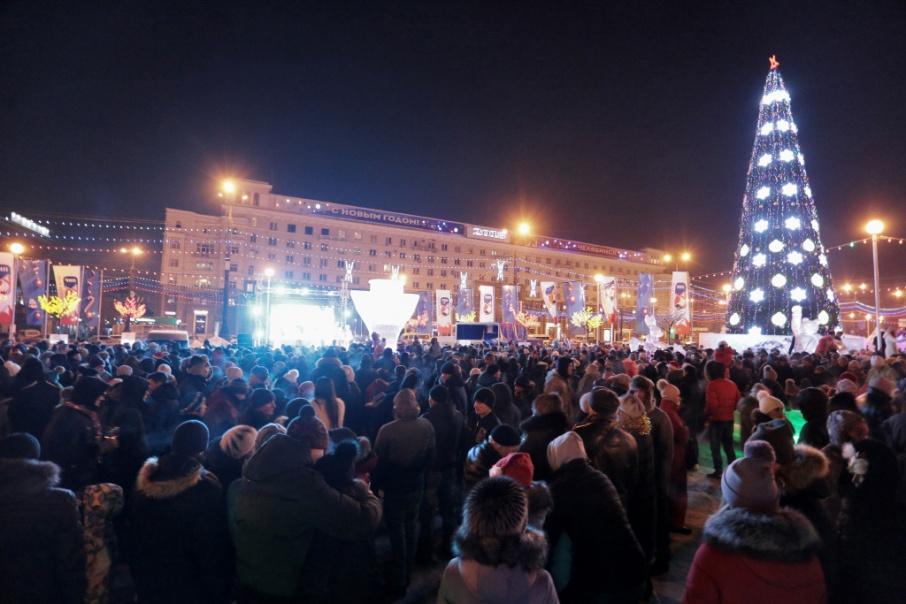 В новогоднюю ночь на площади собрались пять тысяч челябинцев