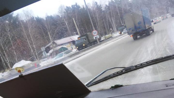 Военная техника устроила пробку на Бердском шоссе