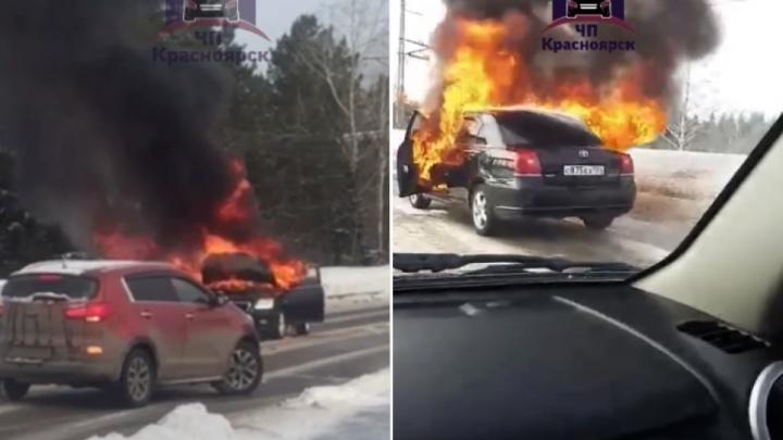 Ради тушения автомобиля на трассе у Железногорска перекрывали движение