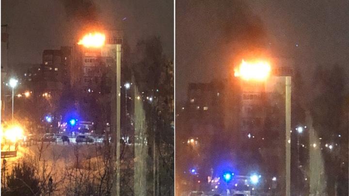 В Тюмени загорелся балкон на девятом этаже многоэтажки: эвакуировали более 50 человек