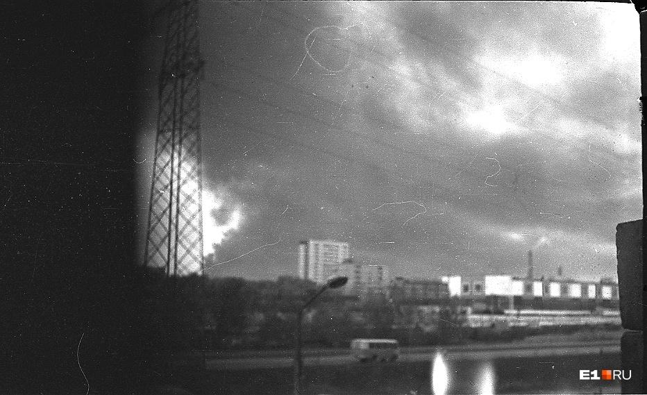 Облако черного дыма напугало весь город. Люди начали звонить в милицию. Весь день телефон не замолкал — все хотели знать, что произошло