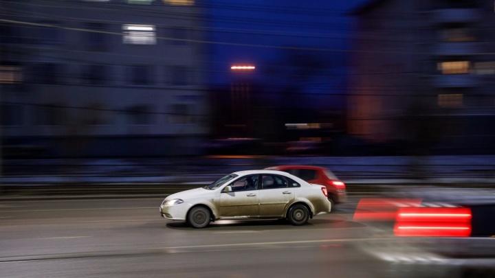 «Когда вспомнят про ямы?»: волгоградские дорожники рисуют свежие сплошные на дорогах города
