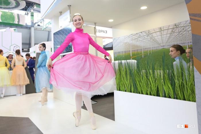 На «Иннопроме» найдется все — даже платье-кокон и двигатель цвета фуксии