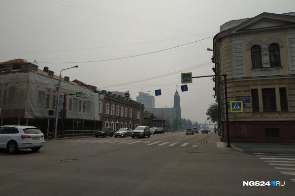 Из-за дымки видимость в городе сильно ухудшилась