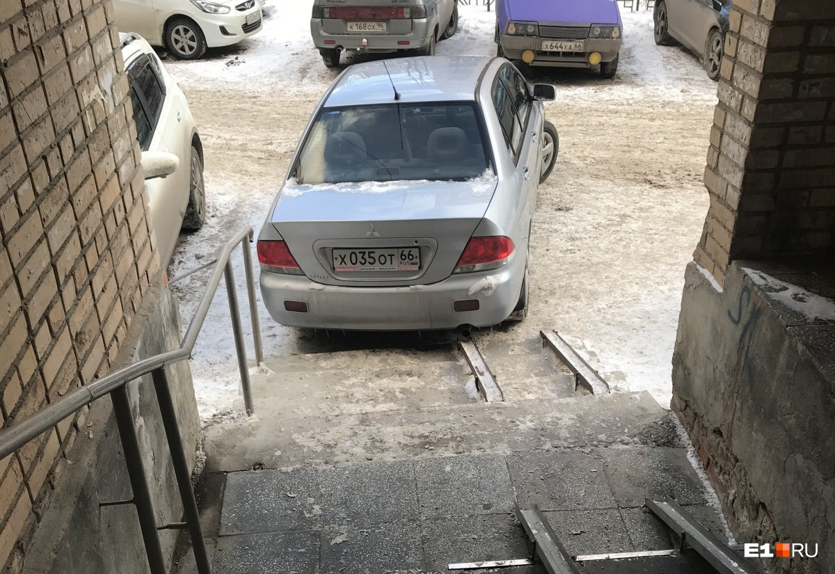 «Я паркуюсь как...»: 10 самых наглых автохамов, попавших в объектив читателей E1.RU в 2018 году