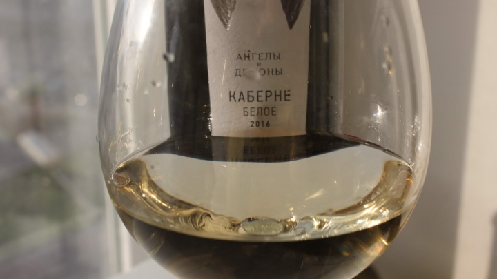 В Новосибирск привезли российское белое вино из красного винограда
