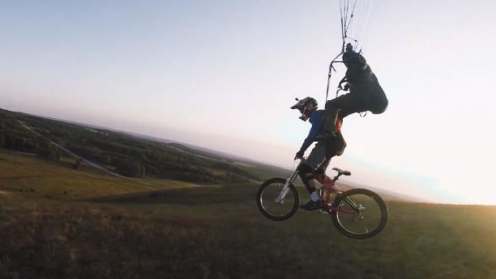 Видео: новосибирского велосипедиста сбросили с параплана ради эффектного трюка