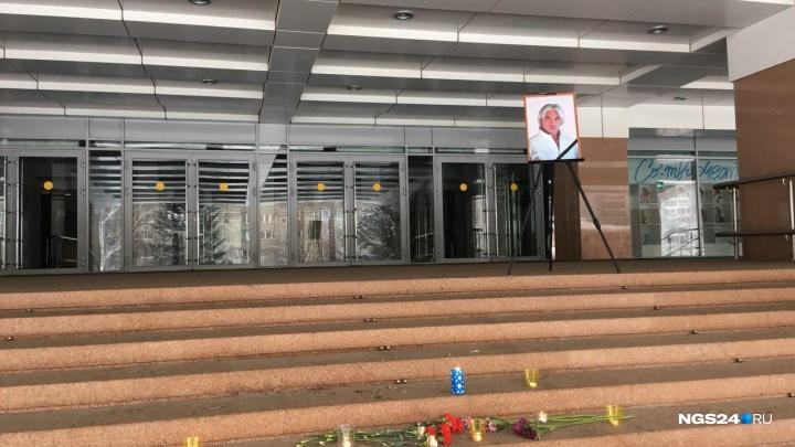 На ступенях БКЗ скорбящие красноярцы оставляют цветы в память о Хворостовском