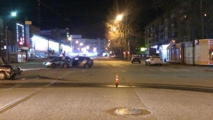 Патрульная машина не поделила дорогу с такси на Ватутина
