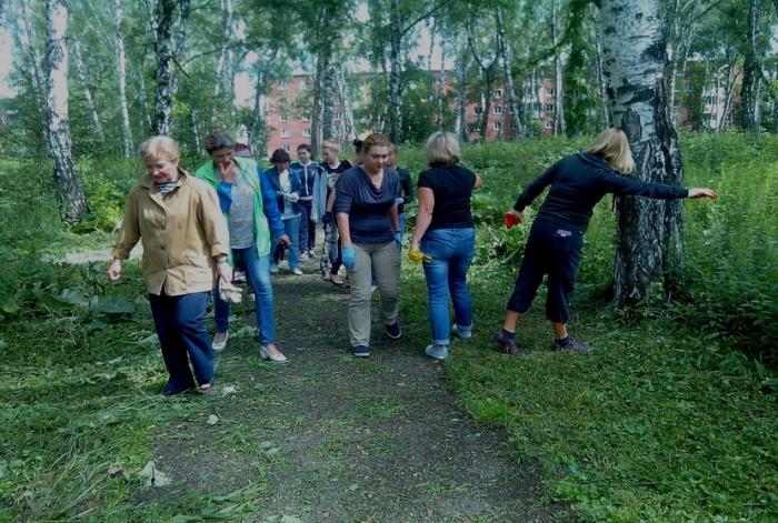 Горожане убирают аллеи в Берёзовой роще в Кировском районе Кемерово