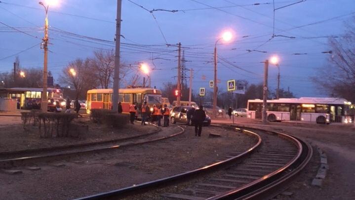В Волгограде трамвай протаранил легковушку: образовалась пробка