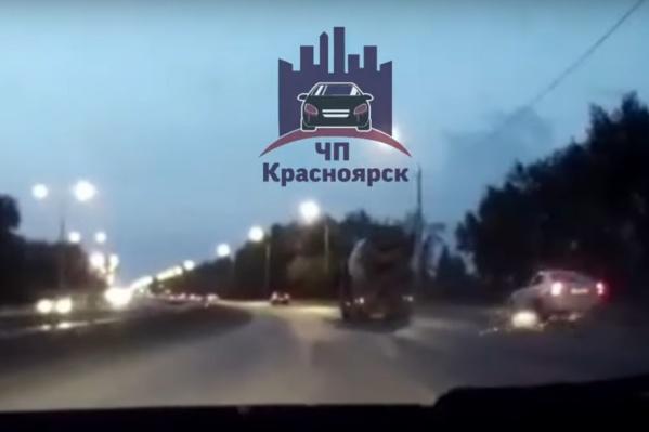 Таксист хотел обогнать грузовик по правой стороне на Енисейском тракте
