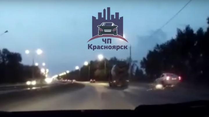 Таксист решил обогнать грузовик по обочине и устроил ДТП