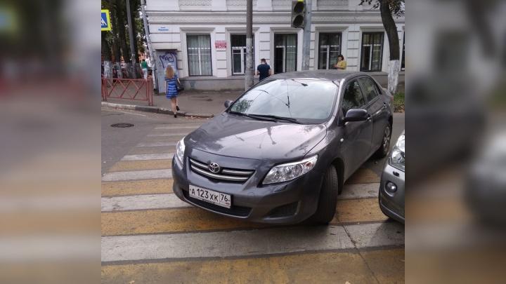 «Бросил машину и потащил свою тушку»: ярославец оставил своё авто посреди дороги