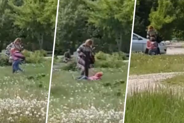 Женщина избила ребенка во дворе на улице Тополиной