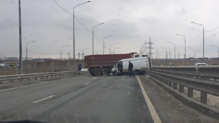 «Девушка врезалась в КАМАЗ»: под Волгоградом две аварии перекрыли движение на мосту через Ахтубу
