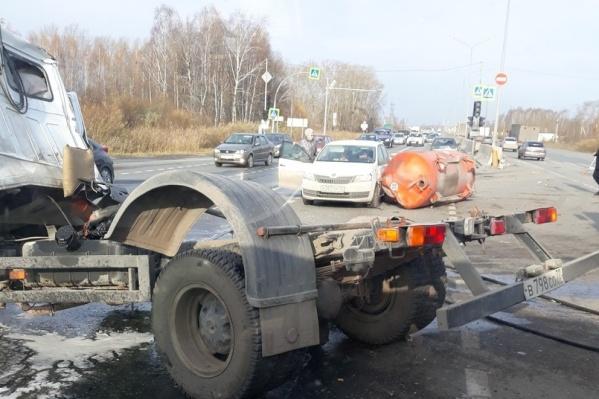 Авария с участием четырех машин произошла в 10:30 в пятницу, 26 октября. Виной массового столкновения авто могла стать отпавшая цистерна от ассенизаторской машины. Эти данные сейчас проверяются в ГИБДД