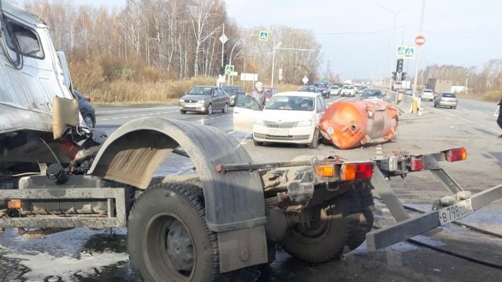 Подробности массового ДТП на объездной в Тюмени: водитель в реанимации, светофор мог работать