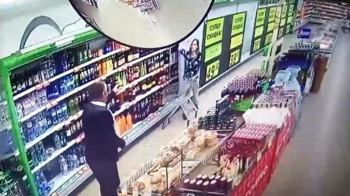 В Волгограде обнаженная женщина разгромила сетевой магазин и порезала ножом охранника — видео