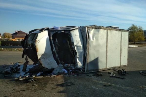 От удара грузовик перевернулся набок
