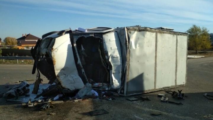 Водителя зажало в салоне: на трассе под Самарой КАМАЗ врезался в «Газель»