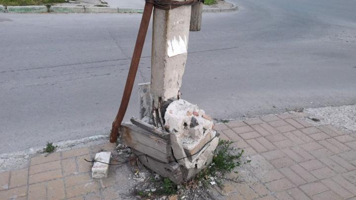 «Где дороги?»: падающий столб подвязали резинкой от трусов — когда он рухнет на головы новосибирцев