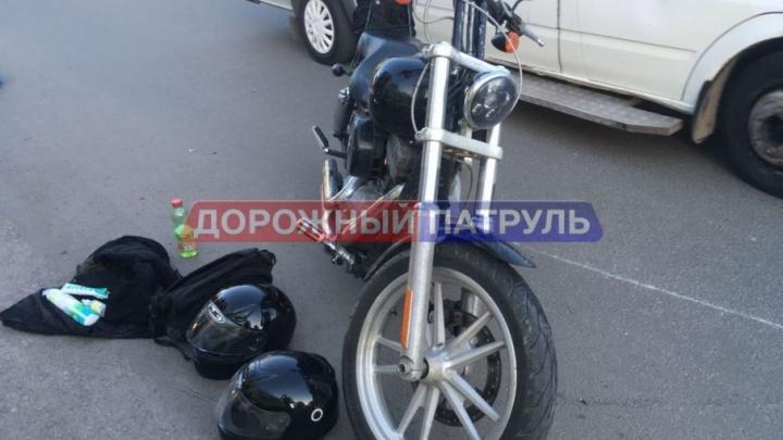 В Уфе мотоциклист протаранил Renault Logan: пострадал пассажирка байка