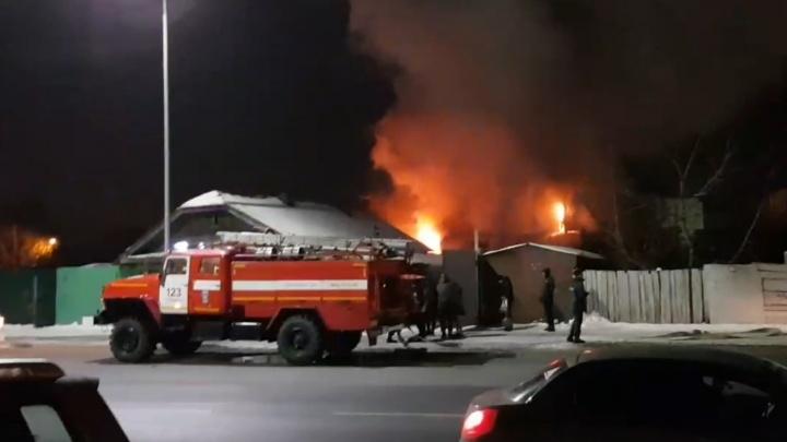 Загорелся, когда все спали: на Полевой ночью огонь уничтожил частный дом