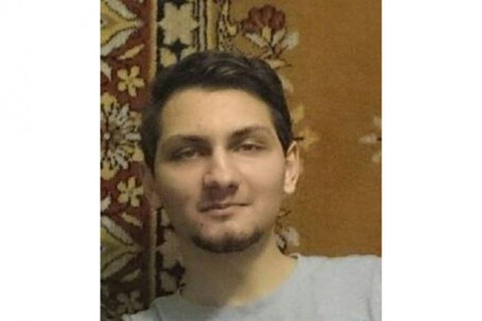 Владимир носит бороду, а на левой ладони у него есть шрам