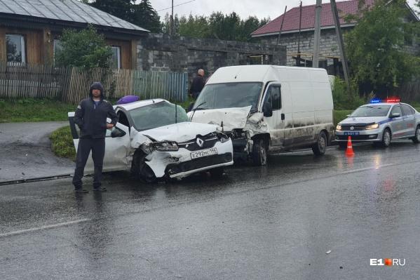 Водитель Renault позднее скончался в больнице