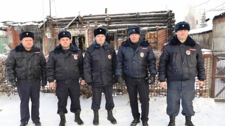 Пять полицейских бросились спасать мужчину из горящего дома