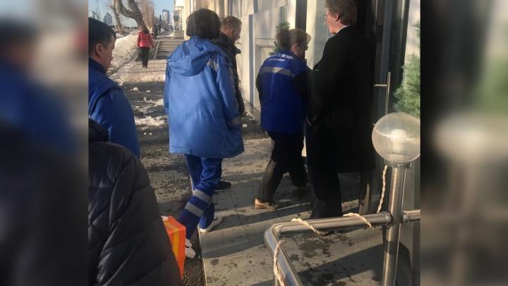 В центре Екатеринбурга глыба льда упала на беременную женщину