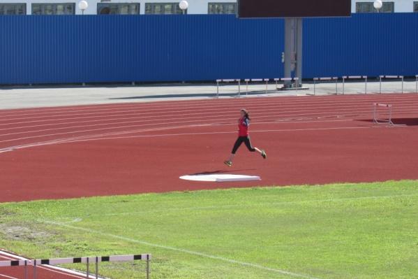 Футбольное покрытие и беговые дорожки на стадионе планируется сдать летом следующего года