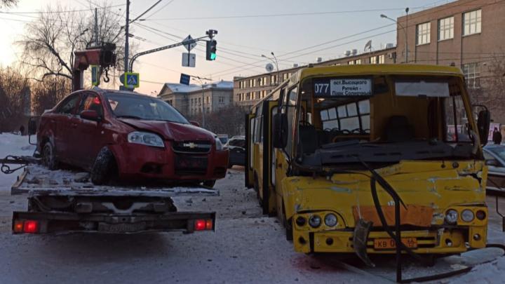 Лобовое стекло разлетелось: на Малышева автобус врезался вэвакуатор, пострадали трое
