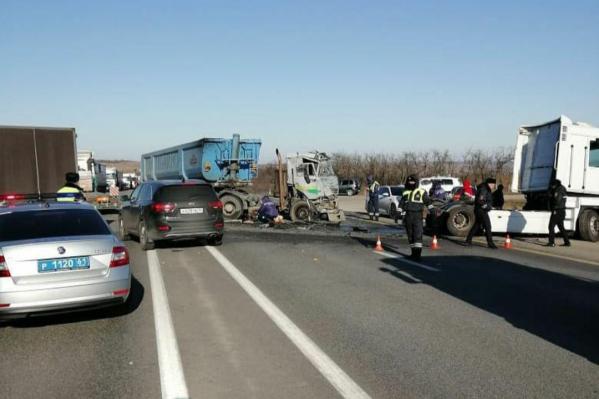 Три грузовика столкнулись на трассе М-4 «Дон»