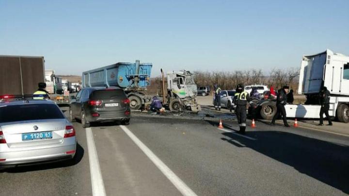 В Ростовской области столкнулись три грузовика, пострадал один человек