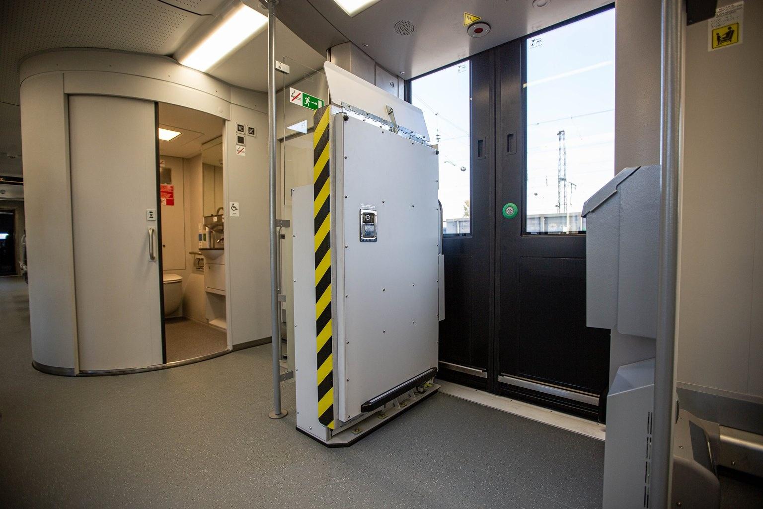 В одном из вагонов установили лифты для маломобильных пассажиров — помогать им будут и проводники