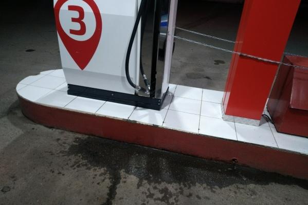 Разлитый на заправке бензин