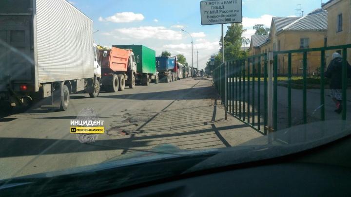 Автомобилисты встали в многочасовую пробку на Богдана Хмельницкого