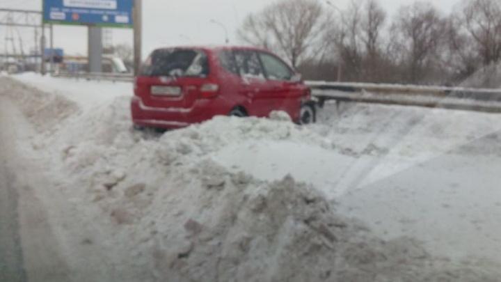 В снежном плену: новосибирцы ходят по заснеженным тротуарам, машины увязли в сугробах