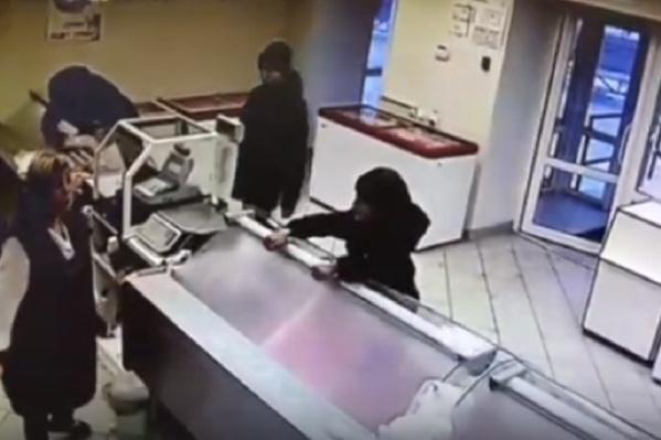 Подростки вскрыли витрину и забрали деньги из кассы