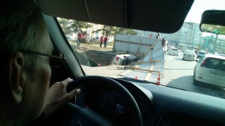 На проспекте Мира «Тойота» влетела в вырытую рабочими траншею