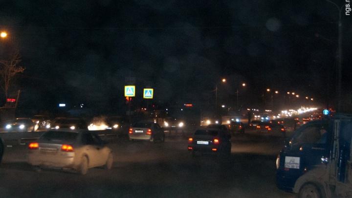 «Работают по дальневосточному поясу»: фонари на трассе у Бадалыка гаснут на ночь и горят днем