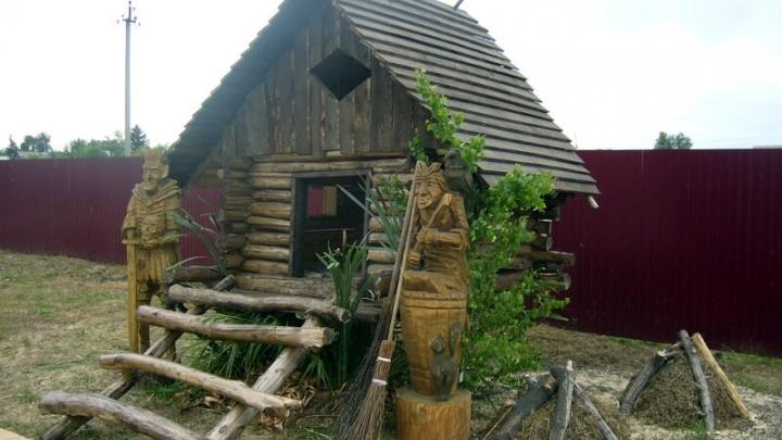 Под Омском подготовили к открытию музей сказок с деревянной Бабой-ягой и колодцем желаний